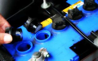 Как обслуживать аккумулятор автомобиля своими руками?