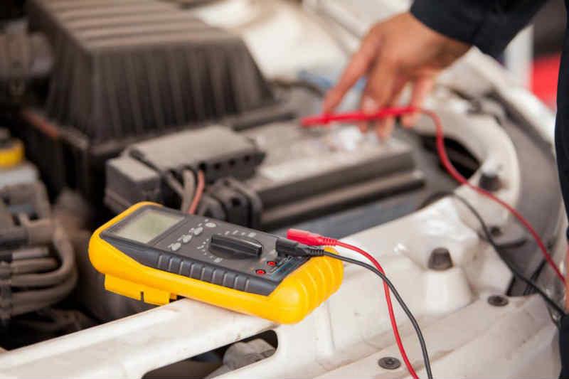 Как проверить заряд аккумулятора автомобиля в домашних условиях?